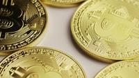Drehende Aufnahme von Bitcoins (digitale Kryptowährung) - BITCOIN 0128