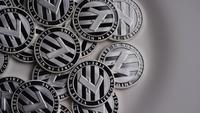 Drehende Aufnahme von Litecoin Bitcoins (digitale Kryptowährung) - BITCOIN LITECOIN 0147