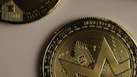 Roterende opname van Bitcoins (digitale cryptocurrency) - BITCOIN MONERO 133