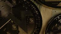 Roterende opname van Bitcoins (digitale cryptocurrency) - BITCOIN MONERO 227