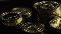 Roterende opname van Bitcoins (digitale cryptocurrency) - BITCOIN LITECOIN 357
