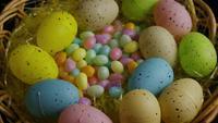 Tiro de giro de decorações de Páscoa e doces na grama de Páscoa colorida - PÁSCOA 057