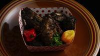 Tiro giratorio de deliciosas alitas de pollo - ALIMENTACIÓN 015