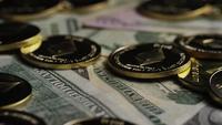 Roterende opname van Bitcoins (digitale cryptocurrency) - BITCOIN ETHEREUM 218