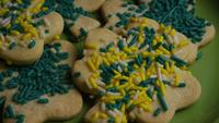 Cinematic, Rotating Shot of Saint Patty's Day Cookies op een bord - COOKIES ST PATTY 004