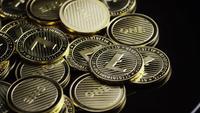 Roterende opname van Bitcoins (digitale cryptocurrency) - BITCOIN LITECOIN 313