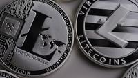 Roterende opname van Litecoin Bitcoins (digitale cryptocurrency) - BITCOIN LITECOIN 0132