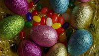 Rotativa tiro de decorações de Páscoa e doces na grama de Páscoa colorida - Páscoa 015