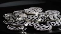 Drehende Aufnahme von Bitcoins (digitale Kryptowährung) - BITCOIN LITECOIN 433