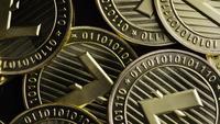 Rotierende Aufnahme von Bitcoins (digitale Kryptowährung) - BITCOIN LITECOIN 232