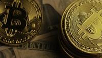 Drehende Aufnahme von Bitcoins (digitale Kryptowährung) - BITCOIN 0204