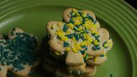 Cinematisk, roterande skott av Saint Pattys Day Cookies på en tallrik - COOKIES ST PATTY 025