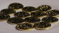 Drehende Aufnahme von Bitcoins (digitale Kryptowährung) - BITCOIN 0273