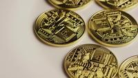 Drehende Aufnahme von Bitcoins (digitale Kryptowährung) - BITCOIN 0145
