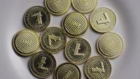 Drehende Aufnahme von Litecoin Bitcoins (digitale Kryptowährung) - BITCOIN LITECOIN 0046