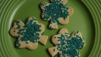 Cinematic, Rotating Shot of Saint Patty's Day Cookies op een bord - COOKIES ST PATTY 001