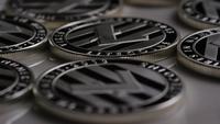 Drehende Aufnahme von Litecoin Bitcoins (digitale Kryptowährung) - BITCOIN LITECOIN 0103