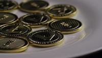 Drehende Aufnahme von Litecoin Bitcoins (digitale Kryptowährung) - BITCOIN LITECOIN 0060