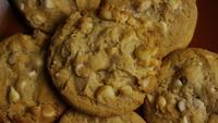 Rotation cinématique de biscuits sur une assiette - BISCUITS 323