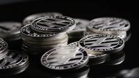Roterende opname van Bitcoins (digitale cryptocurrency) - BITCOIN LITECOIN 379