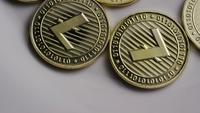 Drehende Aufnahme von Litecoin Bitcoins (digitale Kryptowährung) - BITCOIN LITECOIN 0020