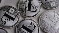 Drehende Aufnahme von Litecoin Bitcoins (digitale Kryptowährung) - BITCOIN LITECOIN 0109