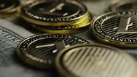 Roterende opname van Bitcoins (digitale cryptocurrency) - BITCOIN LITECOIN 586
