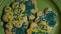 Cinematisk, roterande skott av Saint Pattys Day Cookies på en tallrik - COOKIES ST PATTY 008