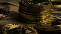 Drehende Aufnahme von Bitcoins (digitale Kryptowährung) - BITCOIN 0207