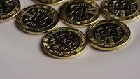 Drehende Aufnahme von Bitcoins (digitale Kryptowährung) - BITCOIN 0261