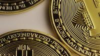 Drehende Aufnahme von Bitcoins (digitale Kryptowährung) - BITCOIN 0120