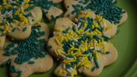 Cinematisk, roterande skott av Saint Pattys Day Cookies på en tallrik - COOKIES ST PATTY 005
