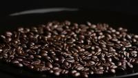 Plan tournant de délicieux grains de café torréfiés sur une surface blanche - GRAINS DE CAFÉ 021