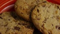 Tournage cinématographique et rotatif de biscuits sur une assiette - BISCUITS 343