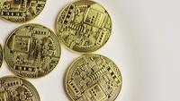 Drehende Aufnahme von Bitcoins (digitale Kryptowährung) - BITCOIN 0136
