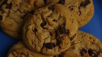 Tournage cinématographique et rotatif de biscuits sur une assiette - COOKIES 359