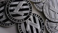 Roterende opname van Litecoin Bitcoins (digitale cryptocurrency) - BITCOIN LITECOIN 0150