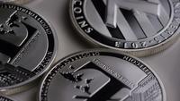 Drehende Aufnahme von Litecoin Bitcoins (digitale Kryptowährung) - BITCOIN LITECOIN 0137