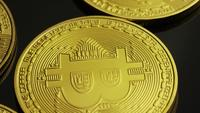 Drehende Aufnahme von Bitcoins (digitale Kryptowährung) - BITCOIN 0025