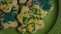 Cinematisk, roterande skott av Saint Pattys Day Cookies på en tallrik - COOKIES ST PATTY 007