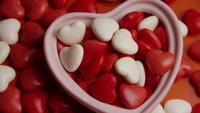 Drehende stock footage Schuss von Valentinsgrußdekorationen und -süßigkeiten - VALENTINEN 0077