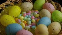Foto giratoria de decoraciones de Pascua y dulces en la colorida hierba de Pascua - PASCUA 060