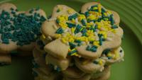 Cinematic, Rotating Shot of Saint Patty's Day Cookies op een bord - COOKIES ST PATTY 026