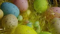 Plan tournant de décorations de Pâques et de bonbons dans l'herbe de Pâques colorée - PÂQUES 066