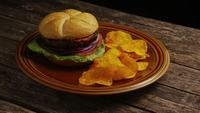 Tiro rotativo de delicioso hambúrguer e batatas fritas - churrasco 162