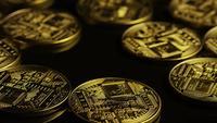 Drehende Aufnahme von Bitcoins (digitale Kryptowährung) - BITCOIN 0069
