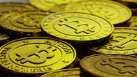 Drehende Aufnahme von Bitcoins (digitale Kryptowährung) - BITCOIN 0240