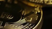 Drehende Aufnahme von Bitcoins (digitale Kryptowährung) - BITCOIN 0096