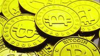 Drehende Aufnahme von Bitcoins (digitale Kryptowährung) - BITCOIN 0233