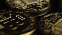 Drehende Aufnahme von Bitcoins (digitale Kryptowährung) - BITCOIN 0528